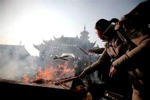 Las familias, a pesar de la modernización y avances tecnológicos en la isla, se siguen reuniendo en la Nochevieja lunar en un banquete, en el que abundan los alimentos que simbolizan fortuna, prosperidad y longevidad (Fu Lu Shou), los tres seres protectores presentes en casi todos los templos chinos.