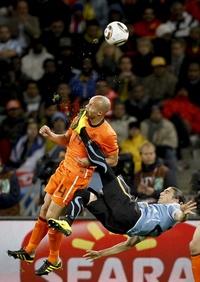La fotografía del futbolista uruguayo Martin Cáceres dando una patada en la cara al holandés Demy de Zeeuw durante la semifinal de la Copa del Mundo de fútbol disputada por ambas selecciones en Ciudad del Cabo (Sudáfrica) el 6 de julio de 2010, obra del fotógrafo sudafricano Mike Hutchings para Reuters, ha ganado el 1º premio en la categoría de fotografía individual de accion de deportes.