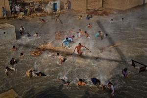 La fotografía de varios damnificados por las inundaciones en Pakistán que luchan por conseguir comida lanzada desde un helicóptero militar en medio de una riada en Dadu (Pakistán) el 13 de septiembre de 2010, obra del fotógrafo australiano Daniel Berehulak para Getty Images, ha ganado el 2º premio en la categoría de reportaje de personajes de actualidad.