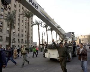 Tras la renuncia del hombre que llevaba 30 años en el poder en la nación árabe el mando de ésta quedó en manos del Consejo de Seguridad de las fuerzas armadas.
