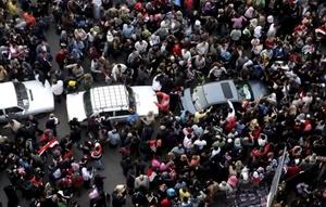 La dimisión del presidente egipcio Hosni Mubarak no es más que el inicio de lo que demanda el pueblo, pues se espera que las fuerzas armadas, que ahora tienen el poder, garanticen la transición democrática y pacífica, coincidieron especialistas.