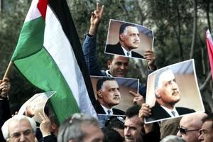 Cientos de activistas y opositores jordanos se concentraron en el Complejo Sindical de Amán para celebrar la victoria de la revolución egipcia tras la caía del régimen de Hosni Mubarak.
