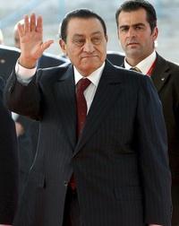 La noticia del fin de los treinta años del régimen de Hosni Mubarak en Egipto fue recibida en Latinoamérica con un llamado unánime a una transición pacífica hacia un nuevo Gobierno y con críticas de Venezuela y Ecuador al papel de Estados Unidos en la crisis.