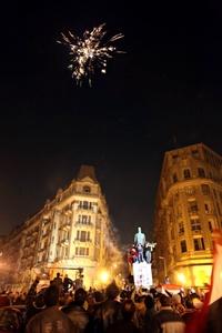 El breve mensaje televisado de Suleiman fue recibido con un clamor de júbilo de los cientos de miles de personas congregadas en la Plaza Tahrir de El Cairo.