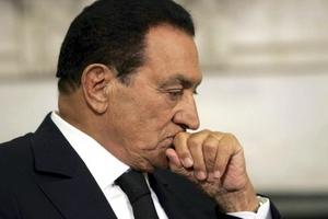El vicepresidente egipcio Omar Suleiman anunció que el presidente Hosni Mubarak renunció a su cargo y delegó su autoridad al Consejo Supremo de las fuerzas armadas.
