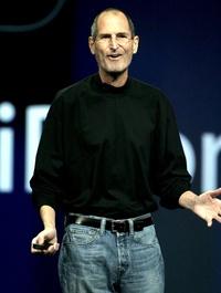Jobs compareció muy delgado, en vaqueros y con jersey negro, un aspecto ya habitual del líder de Apple, quien con su presencia acalló rumores sobre su capacidad para seguir al frente de la empresa a pesar de su nueva baja médica.