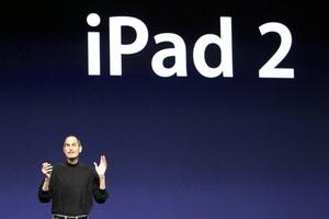 El cofundador de Apple, Steve Jobs, regresó por sorpresa tras su baja médica para presentar la segunda generación del iPad, que es 'dramáticamente' más rápida y delgada, y contendrá dos cámaras.