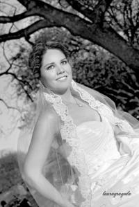 Muy contenta el día de su boda, Dra. Marcela Montserrat Rebolloso Flores. <p> <i>Estudio Laura Grageda</i>