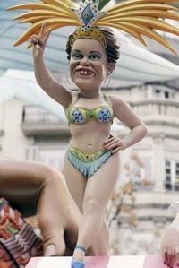 La presidenta de Brasil, Dilma Rousseff, representada en una de las Fallas de 2011, que giran en torno la crisis económica, la política, el deporte y el famoseo, a la espera del veredicto que salvará del fuego a uno de los ninots en la cremà del sábado.