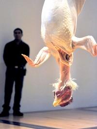 Una pieza de un pollo que cuelga por sus patas, la cual fue inspirada en un mercado mexicano.