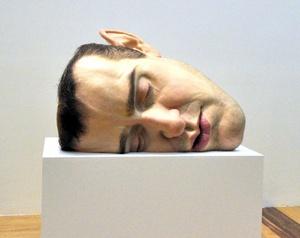 Viéndose frente al espejo fue como el artista logró dar vida a 'Máscara II', una cabeza descomunal que habla de su retraimiento, explicó Charles Clarke, asistente por más de una década del escultor australiano, en un recorrido para medios.