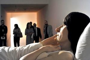 La muestra también está integrada por la monumental obra 'En la Cama'
