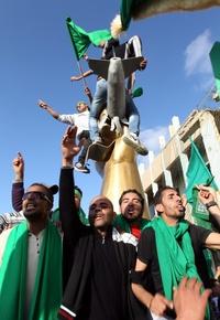 El líder libio Muamar Gadafi afirmó que el pueblo libio está siendo armado y está preparado para una larga e interminable guerra contra las fuerzas occidentales que atacan a su país, en un mensaje difundido por la televisión estatal.