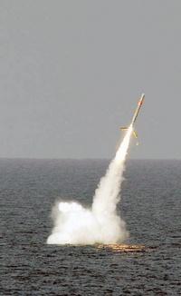 Después, Estados Unidos y Gran Bretaña lanzaron misiles desde barcos y submarinos hacia fuerzas leales a Gadafi en el oeste de Libia.
