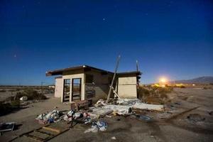 Casa abandonada iluminada por la luna llena en Salton City.