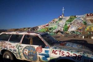 Proyecto artístico llamado Montaña de salvación, obra de un artista de 79 años, Leonard Knight, al este de Salton Sea, cerca de Niland.