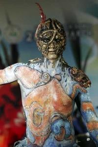 Una modelo posa con la pintura Bajo el profundo mar azul durante el Concurso Internacional de Bodypainting (pintura corporal), celebrado en la isla de Samui, Tailandia,