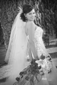 Ana María Hernández Simental y C.P. José de Jesús Malacara López captados el día de su boda. Addaiz Esparza Zerón captada el día de su boda con el L.E.M. José Román Murguía Carricaburu. <p> <i>Jesús Marín Fotografía</i>