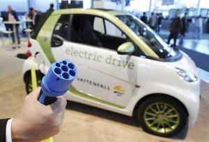 Un cable de recarga es mostrado cerca de un vehículo eléctrico, en la Feria Industrial de Hannover, Alemania.