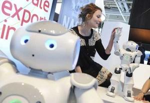 Una mujer juega con un robot fabricado por la compañía francesa Aldebaran Robotics en Hannover.
