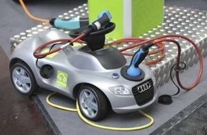 Un vehículo eléctrico recibe carga en la Feria Industrial de Hannover, es la exposición industrial más grande del mundo y hoy abrió sus puertas a los visitantes en Alemania.