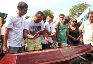 En un pizarrón de maestros en el patio, se escribieron mensajes implorando por mejor seguridad en las escuelas brasileñas. Un mensaje decía la familia carioca está de luto.