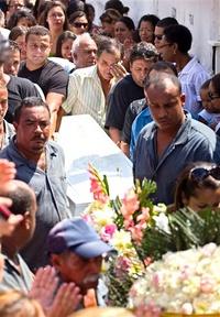 Los vecinos de Realengo, un humilde barrio de la periferia de Río de Janeiro, se han congregado desde primera hora de hoy en los alrededores de la escuela Tasso da Silveira para rezar por los doce estudiantes que ayer fueron asesinados por un joven de 23 años en el interior del centro.