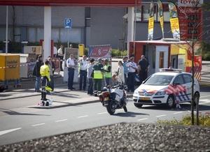 Un testigo identificado como Maart Verbeek dijo que el atacante tenía una metralleta y que vio al menos a cinco personas que cree estaban muertas y a muchas personas heridas.
