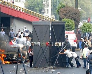 La presión  de los manifestantes obligó a dos camiones de bomberos y una pipa, a retirarse del lugar.