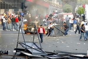 La tensión crece mientras arriban cientos de granaderos para tratar de controlar la situación.