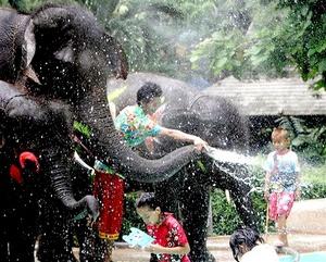 La palabra Songkran significa pasar a, marcando el paso del sol de Piscis a Aries.