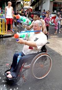 Los participantes disparan agua a cuantas personas se cruzan por medio.
