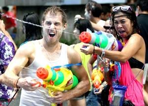 Los participantes utilizan pistolas de agua, cubos y mangueras para disparar chorros de agua a presión.