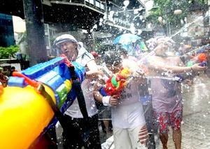 Turistas y tailandeses se mojan con motivo de los festejos del nuevo año budista o 'Songkran.