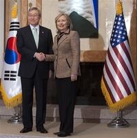 La secretaria de Estado de EU., Hillary Clinton llegó a Seúl para discutir desarme nuclear.
