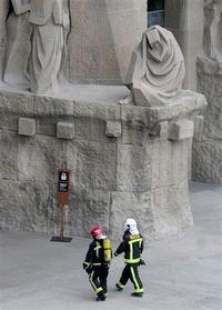 Alertados por un grupo de turistas que vieron el humo, varias dotaciones de bomberos acudieron a la Sagrada Familia. Tardaron 45 minutos en sofocar el fuego, que se había propagado rápidamente por la estancia.