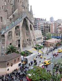 Un incendio intencional en la Sagrada Familia de Barcelona dañó el martes parte de la cripta de la Basílica y obligó a evacuar a más de 1,500 personas del emblemático templo.