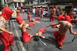 FILIPINAS. Fieles filipinos se flagelan en la ciudad de Mandaluyong por las conmoraciones de Semana Santa.