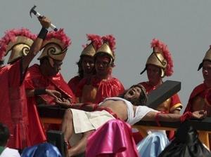 MANILA. una recreación de la crucifixión de Cristo en la localidad de San Pedro Cutud.