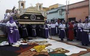 GUATEMALA. La imagen de Jesús Nazareno de la iglesia de Candelaria es llevada en hombros por sus feligreses.