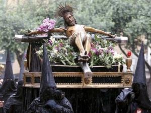 FRANCIA. Penitentes de la cofradía La Sanch durante la procesión en Perpignan.