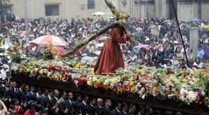 GUATEMALA. La procesión con las imágenes de Jesús Nazareno y la Virgen de Dolores hace un largo recorrido por las principales calles del centro histórico entre alfombras de flores, aserrín de colores y frutas.