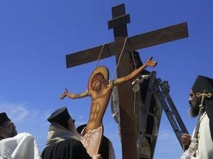 GRECIA. Penitentes de la cofradía La Sanch portan el paso durante la procesión de Viernes Santo.