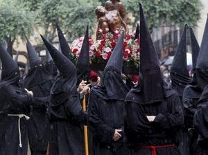 FRANCIA. Penitentes de la cofradía La Sanch portan el paso durante la procesión de Viernes Santo.