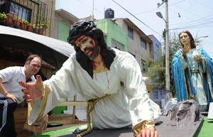 MÉXICO. Católicos de Ciudad de México se preparan para la representación de la Pasión de Cristo.