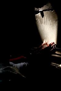 El éxtasis llegó a su punto culminante cuando los creyentes prendieron sus velas de forma progresiva los unos de los otros, lo que en alguna ocasión en el pasado llegó a provocar incendios en ese lugar tan sensible desde el punto de vista religioso y donde no hay acceso para los bomberos por su ubicación en el corazón de la ciudad antigua.