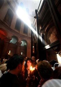 La tradición establece que el Fuego Santo se enciende una vez al año de forma milagrosa en el Sepulcro y lo recibe el patriarca ortodoxo después de haber sido verificado por un representante de la autoridad civil del momento, en este caso Israel.
