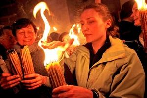 Como para los católicos es el Vía Crucis, para los ortodoxos la ceremonia del Fuego Sagrado es la principal convocatoria de Pascua antes del Domingo de Resurrección, por lo que las salas y pasillos del recinto quedaron abarrotados.