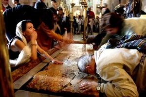 Las medidas de seguridad en torno a la Basílica del Santo Sepulcro fueron excepcionales por las características de la ceremonia principal y desde antes del mediodía comenzaron a fluir los peregrinos en una misma dirección.