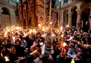 Este sábado fueron miles los seguidores de esta corriente eclesiástica que se concentraron en los alrededores del Santo Sepulcro, el lugar que alberga la tumba de Jesús y que en estos días arriban miles de personas.
